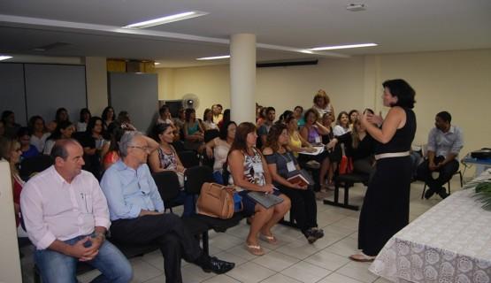 A secretária de Educação, Amaryllis Pádua Castro, deu as boas vindas aos educadores.