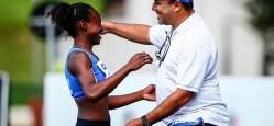 Depois do salto que conquistou o índice para os Jogos Pan-Americanos, a atleta Jennifer Nicole correr para comemorar com o treinador, professor Fernando Oliveira. Foto: CBAt
