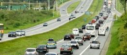 21dez2013---a-rodovia-fernao-dias-apresenta-dezenas-de-quilometros-de-congestionamento-entre-os-municipios-de-mairipora-e-atibaia-no-sentido-minas-gerais-na-manha-deste-sabado-21-vespera-do-feriado-1387628780229_956x500