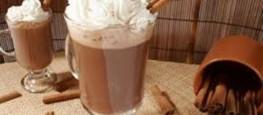 Essa receita é sensacional, um delicioso Chocolate Quente com Creme de Leite e leite condensado que vai deixar todos bem quentinhos nesse inverno.