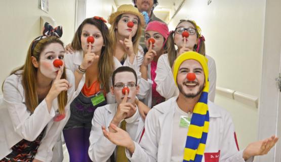 Equipe de doutores palhaços em visita ao Hospital Vaz Monteiro Foto: Unidade de Pronto Alegramento